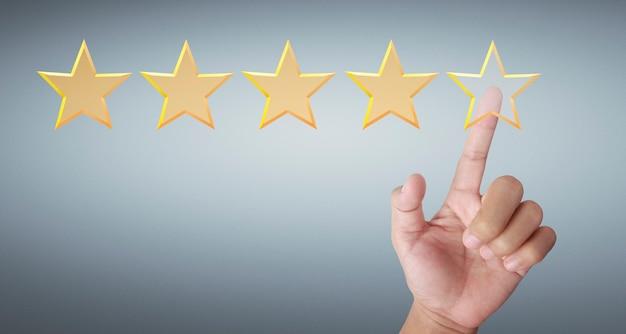Main de toucher augmenter sur cinq étoiles croissantes. augmenter l'évaluation des notes et le concept de classification