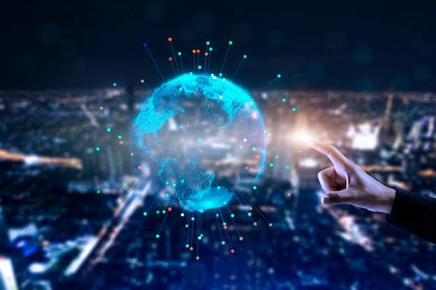 Main toucher le monde mondial, concept futuriste de connexion sans fil.