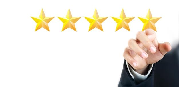 Main de toucher touchante sur cinq étoiles croissantes. augmenter le concept de classification de l'évaluation des notations