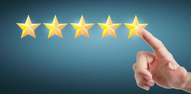Main de toucher touchante sur cinq étoiles croissantes. augmenter le concept de classification de l'évaluation des notes