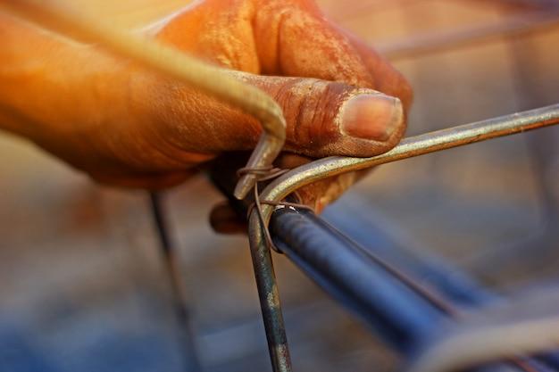 Main de travail avec tige de fer
