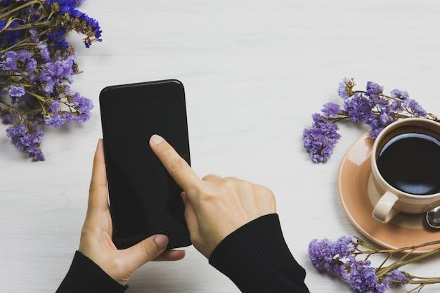 Main en utilisant le téléphone sur la vue de dessus.