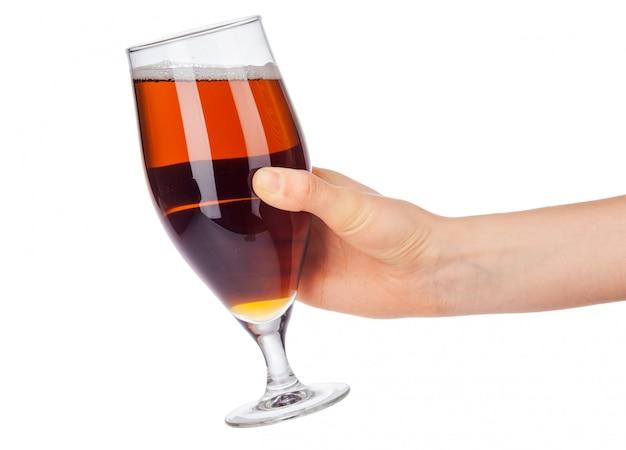 Main avec verre à bière plein isolé sur blanc