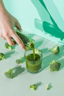 Main verser boisson de légume
