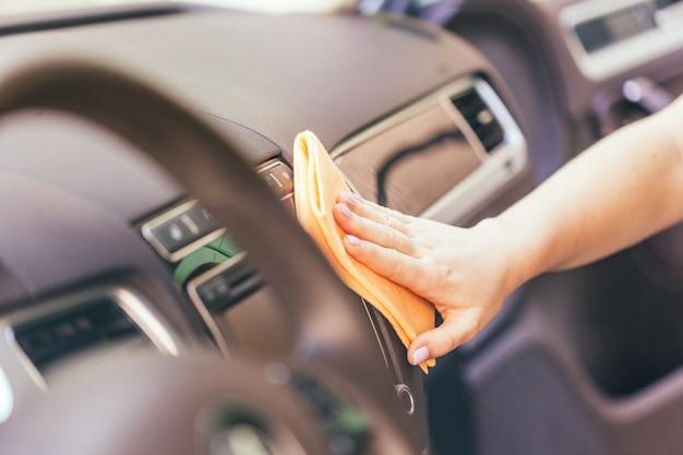Main avec voiture de nettoyage en tissu microfibre