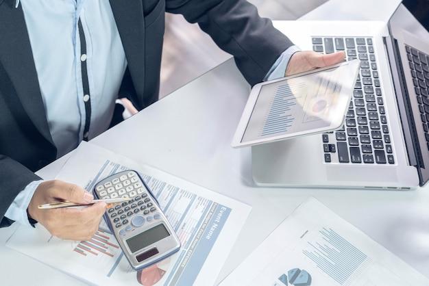 Main vue de dessus de l'équipe des affaires au cours de la table de travail de la conférence de réunion