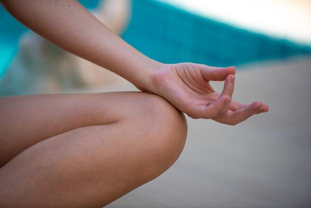 Main de yoga, méditation femme assise en posture de lotus.