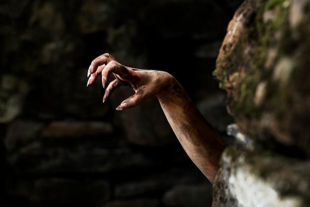 Main de zombie effrayant dans la nature