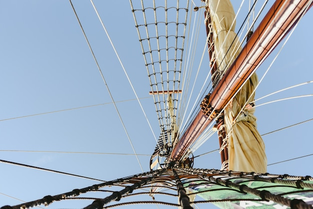 Mainmast et échelles de corde pour tenir les voiles d'un voilier.