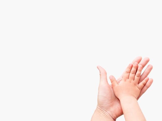 Mains d'adulte et enfant