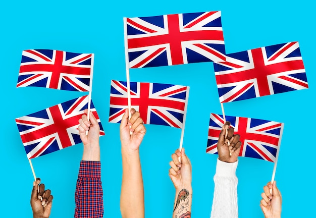Mains agitant l'union jack