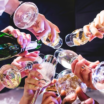 Mains d'amis avec des verres à vin