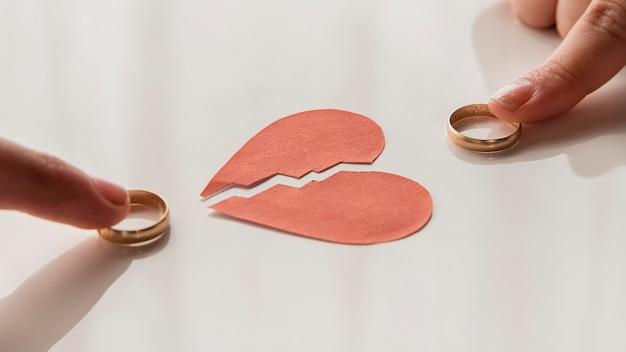 Mains d'angle élevé touchant les anneaux de mariage