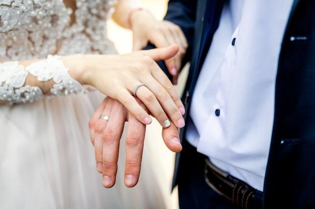 Mains avec anneaux de mariage