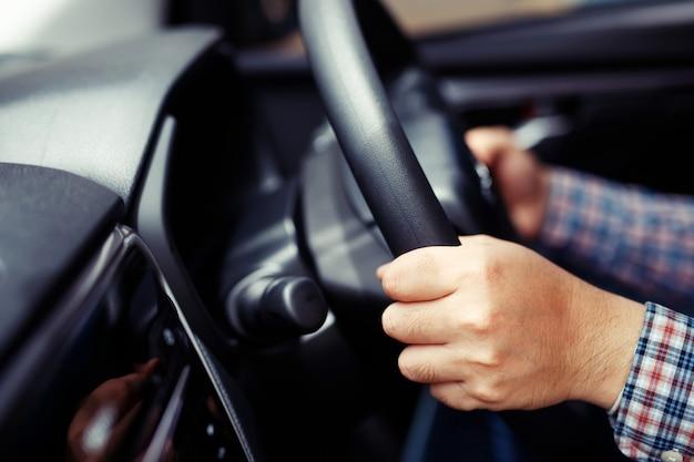 Mains au volant d'une voiture sur l'autoroute
