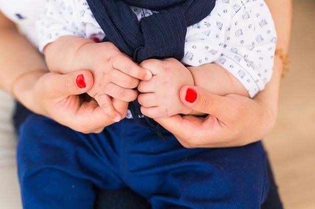 Mains de bébé en famille. mère tenant un enfant nouveau-né. gros plan de la main de l'enfant dans les parents.