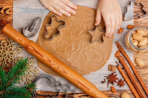 Les mains de bébé font les pains d'épices traditionnels. noël. nouvel an
