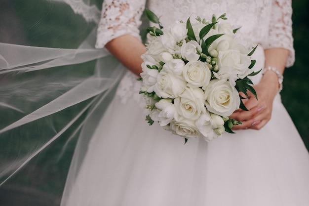 Les mains avec un bouquet