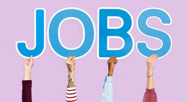 Les mains brandissant des lettres bleues formant le mot jobs