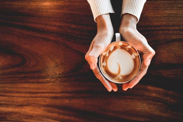 Mains et café des amateurs de café chaud le matin