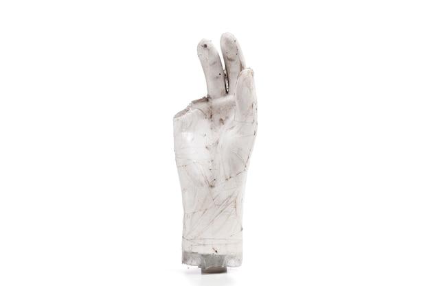 Les mains cassées et sales font partie des marionnettes