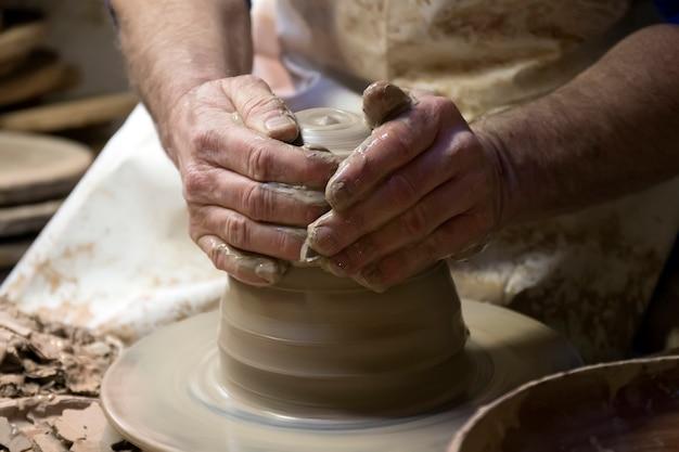 Mains, céramique, artiste