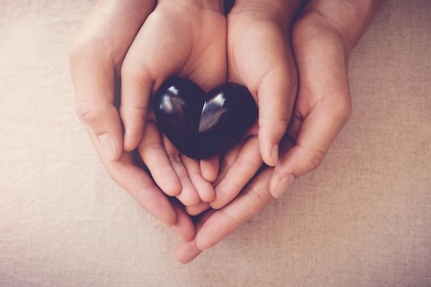 Mains et coeur rouge, assurance maladie