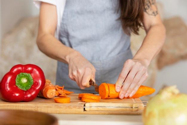Mains coupant la carotte bouchent