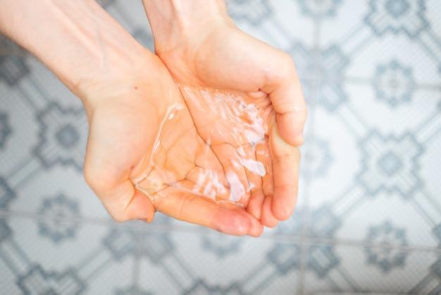 Mains en coupe avec de l'eau pure