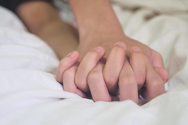 Mains de couple amoureux
