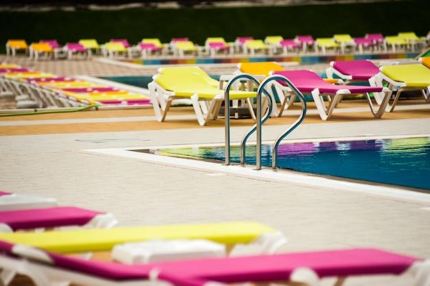 Mains courantes en acier inoxydable dans la piscine extérieure
