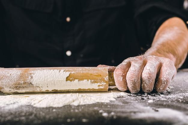 Mains cuisson de la pâte avec un rouleau