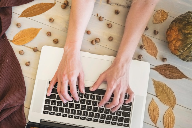 Mains, dactylographie, clavier ordinateur portable