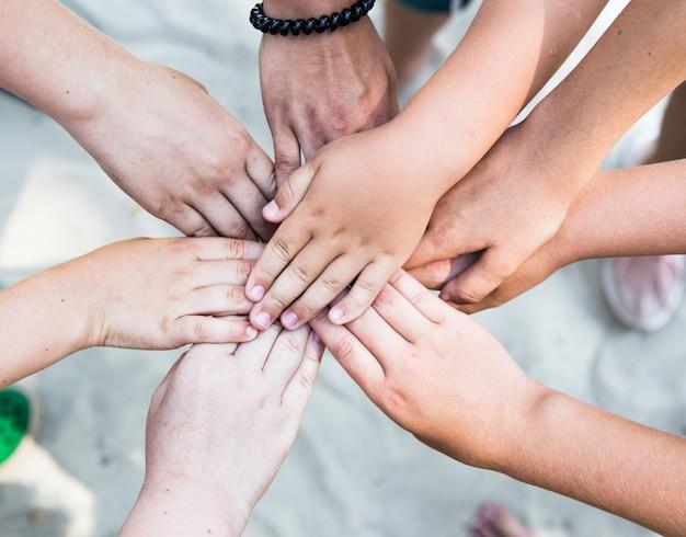 Mains dans un poing de personnes diverses connectées ensemble