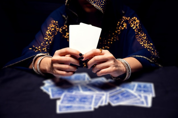 Mains de diseuse de bonne aventure et cartes de tarot