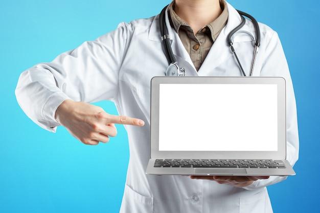 Mains, de, docteur en médecine, femme, à, ordinateur portable