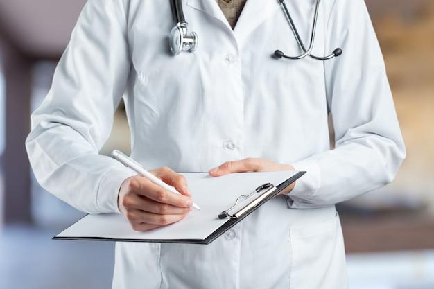 Mains de docteur en médecine