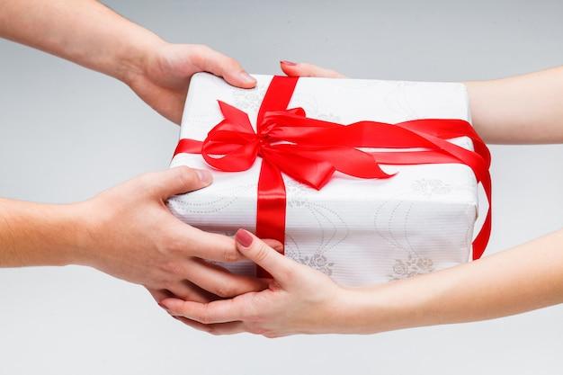 Mains donnant et recevant un cadeau