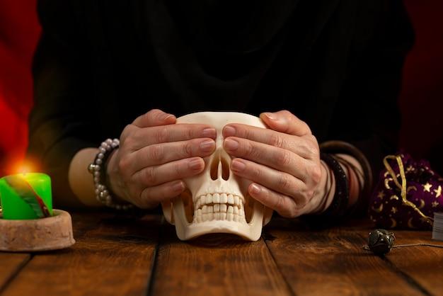 Les mains du diseur de bonne aventure sur le crâne