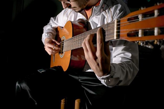 Les mains du guitariste et la guitare se bouchent. jouer de la guitare classique. jouer de la guitare.