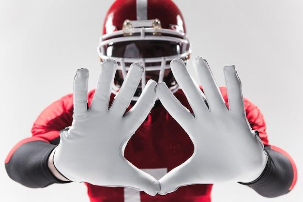 Les mains du joueur de football américain sur blanc