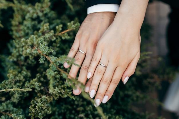 Mains du nouveau couple de mariage
