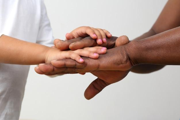 Les mains du père et de l'enfant ensemble