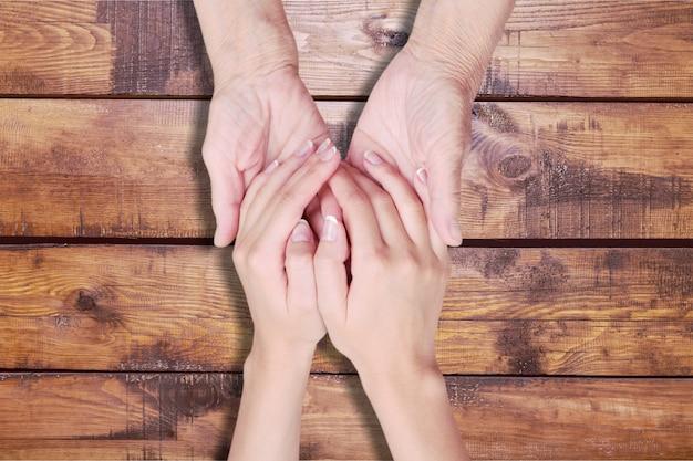 Mains du vieil homme et d'une jeune femme. fermer.