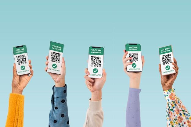 Mains d'écran de smartphone avec paiement sans numéraire par code qr