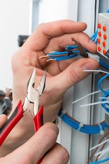 Mains d'un électricien