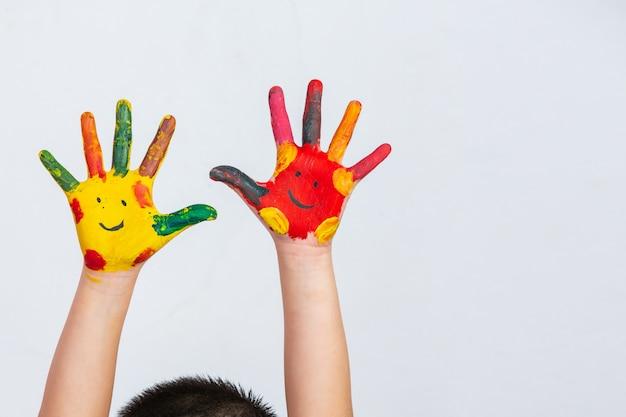 Les mains de l'enfant qui s'est enduit
