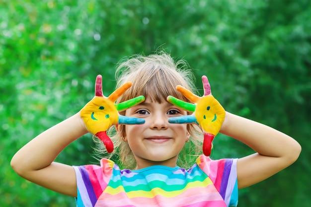 Mains d'enfants en couleurs. photo d'été. mise au point sélective.