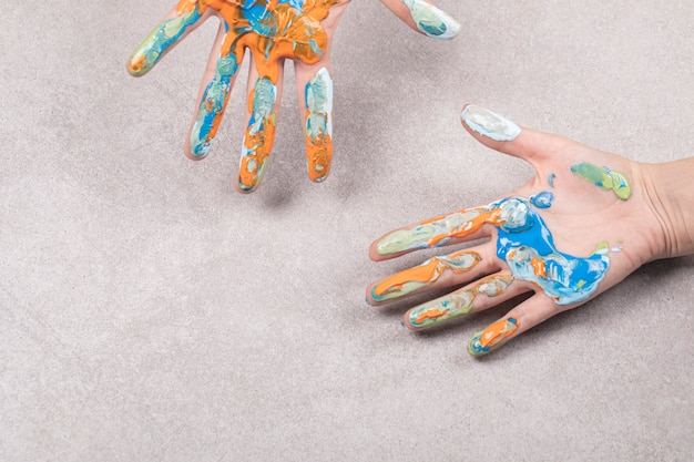 Mains d'enfants avec un mélange d'huile acrylique coloré