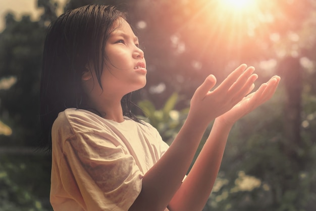 Les mains des enfants ouvrent la paume vers le haut du culte. dieu soit loué. prière d'espoir